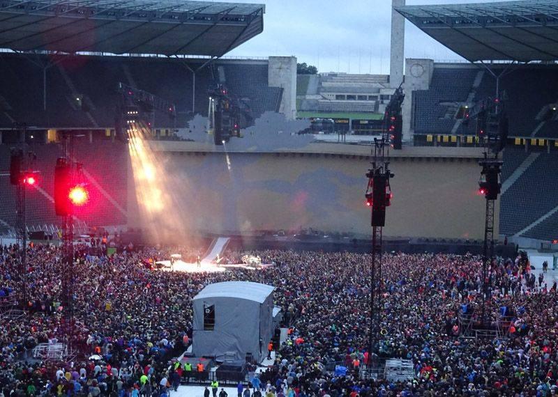 U2 im einfachen Lichtgewand